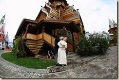 У деревянного Храма